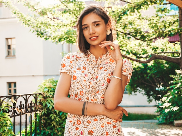 Vrouw in trendy zomer zonnejurk