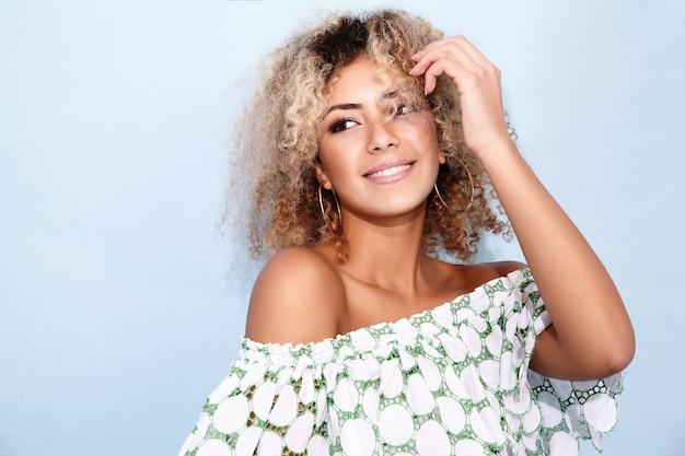Vrouw in trendy zomerkleren