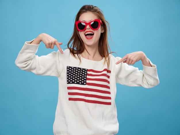 Vrouw in trui met de afbeelding van de vlag van amerika. dag van de amerikaanse vlag en onafhankelijk land