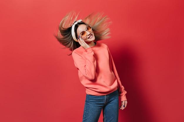Vrouw in uitstekende bui speelt haar op rood