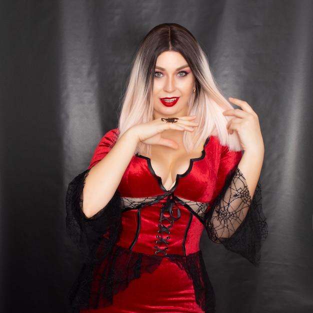 Vrouw in vampierkostuum met een schorpioen