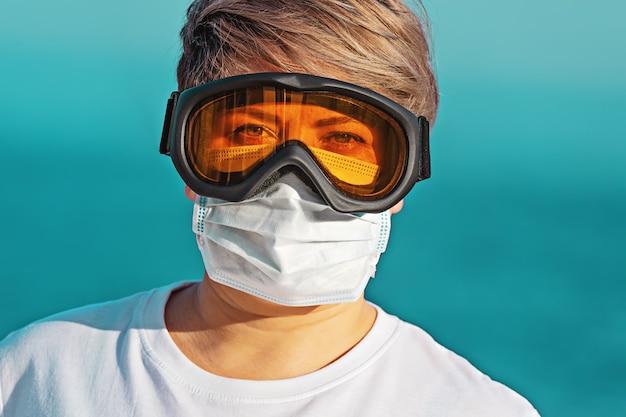 Vrouw in veiligheidsbril en gezichtsmasker het kijken