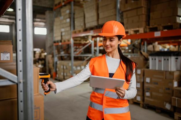 Vrouw in veiligheidsuitrusting op het werk