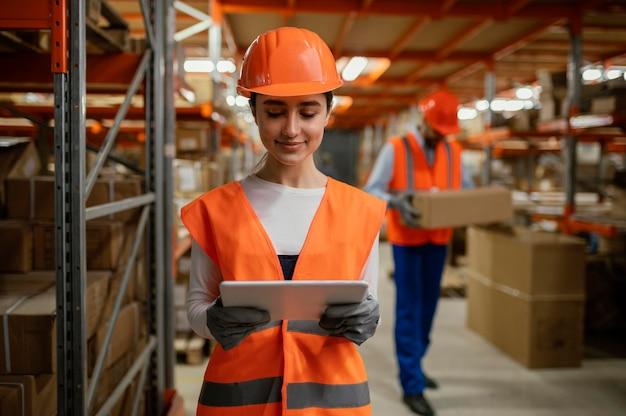 Vrouw in veiligheidsuitrusting werken