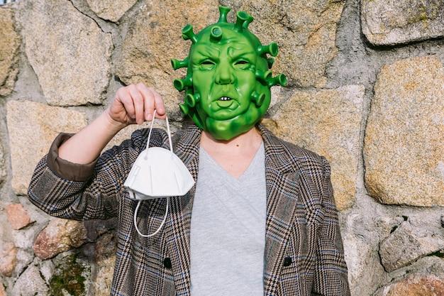 Vrouw in vermomming - coronavirus covid-19-masker met een ffp2-masker