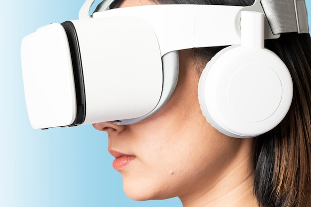 Vrouw in virtual reality-bril slimme technologie