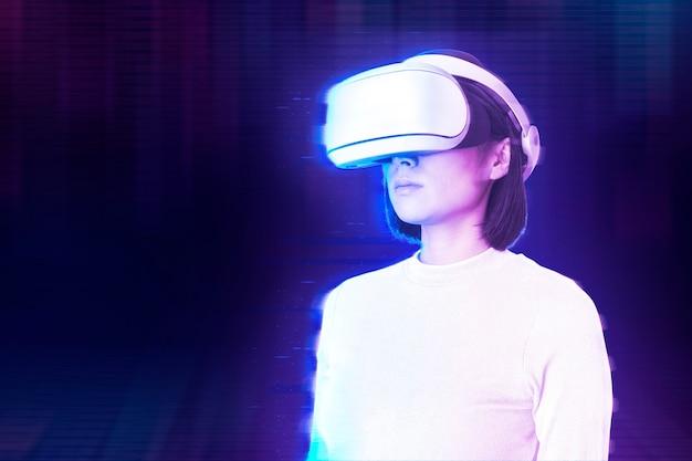 Vrouw in virtual reality in futuristische stijl