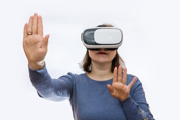 Vrouw in virtuele bril geïsoleerd op een witte achtergrond