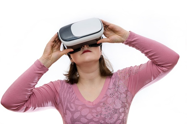 Vrouw in virtuele bril op wit wordt geïsoleerd