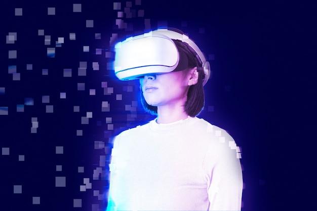 Vrouw in vr-headset in pixelverspreidingsstijl
