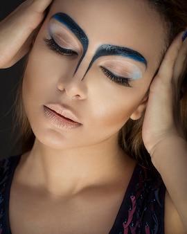 Vrouw in wenkbrauw make-up