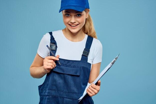 Vrouw in werkende vorm papierwerk rendering diensten carrière kantoor blauw