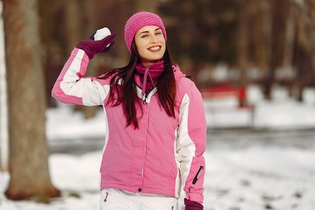 Vrouw in wintersport kleding camera kijken