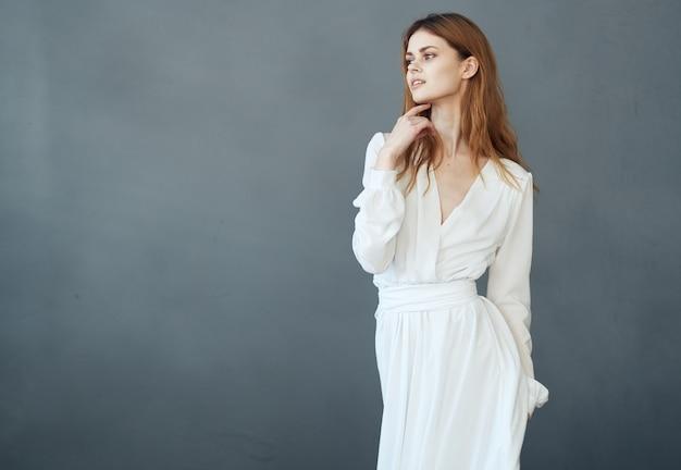 Vrouw in wit de schoonheidsmiddelenmodel van de kledingsluxe grijs