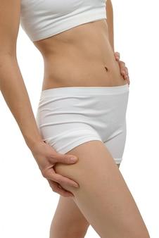 Vrouw in wit ondergoed dat vermageringsdieetconcept toont
