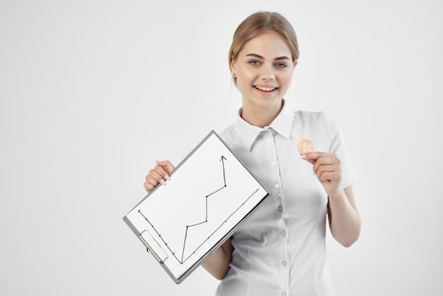 Vrouw in wit overhemd cryptocurrency bitcoin inscriptie omhoog