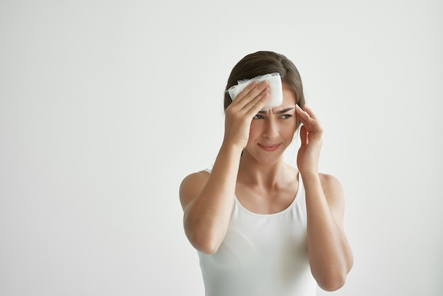 Vrouw in wit t-shirt gezondheidsproblemen levensstijl koud. hoge kwaliteit foto