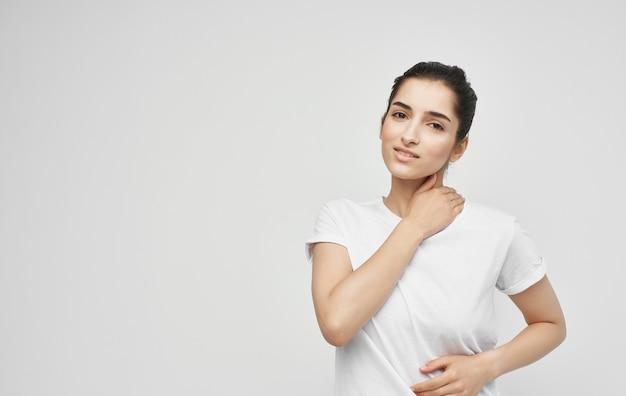 Vrouw in wit t-shirt gezondheidsproblemen lichaamspijn ongemak