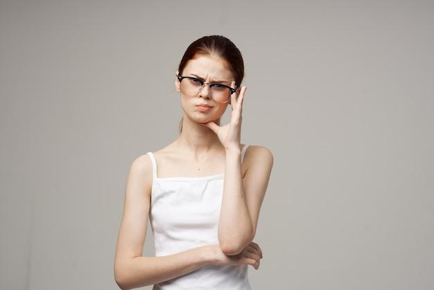 Vrouw in wit t-shirt zichtproblemen bijziendheid studiobehandeling