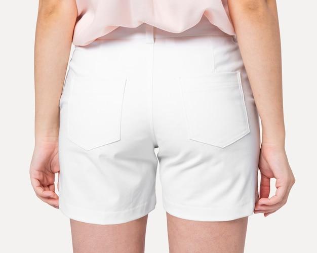 Vrouw in witte denim shorts achteraanzicht
