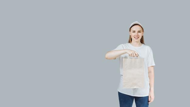 Vrouw in witte glb-t-shirt die snel voedselorde geeft