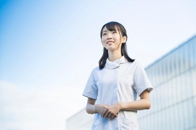 Vrouw in witte jassen (medisch beeld van verpleegsters, mondhygiënisten, salons in het algemeen, etc.)