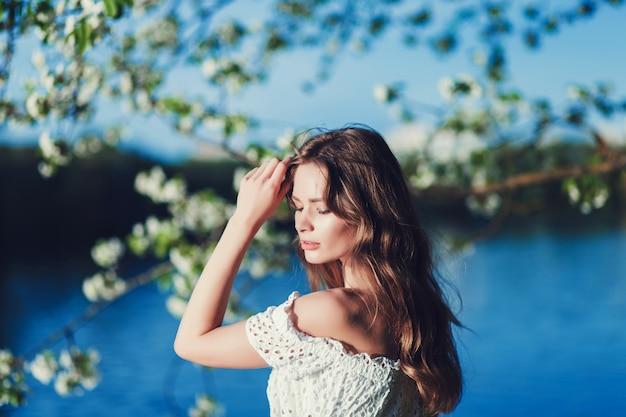 Vrouw in witte jurk buitenshuis