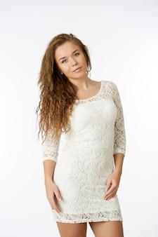 Vrouw in witte jurk, geïsoleerd op wit