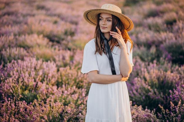 Vrouw in witte jurk in een lavendel veld