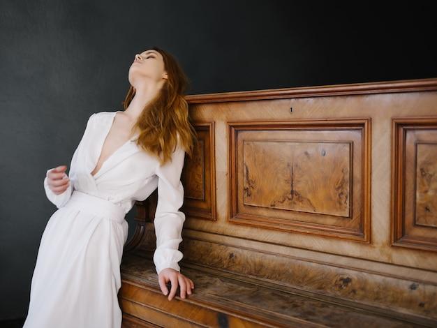 Vrouw in witte jurk piano muziekinstrument romantiek