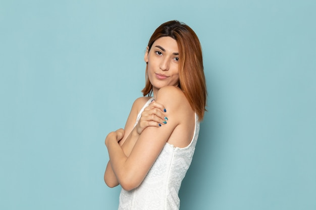 Vrouw in witte jurk poseren gewoon