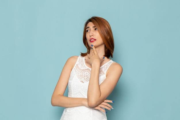 Vrouw in witte jurk poseren met denken expressie
