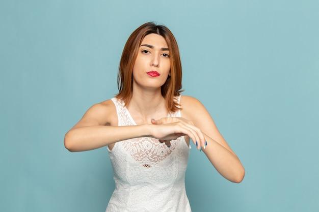 Vrouw in witte jurk poseren met haar hand