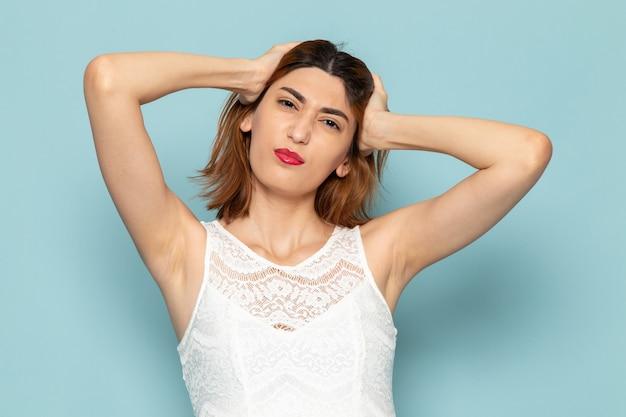Vrouw in witte jurk poseren met haar haren