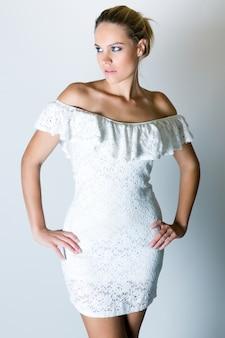 Vrouw in witte jurk poseren
