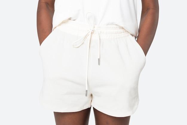 Vrouw in witte korte broek zomer mode fotoshoot close-up