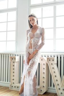 Vrouw in witte lingerie