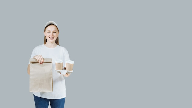 Vrouw in witte t-shirt geeft fastfood-bestelling