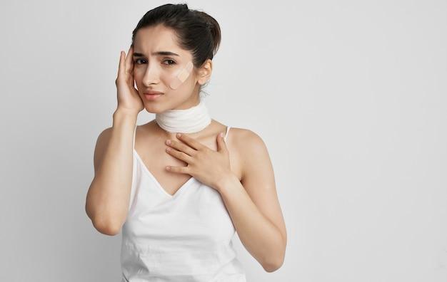 Vrouw in witte t-shirt verbonden nek gezondheidsproblemen.