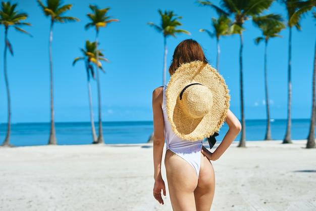 Vrouw in witte zwembroek op het strand
