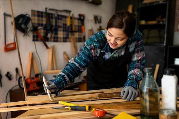 Vrouw in workshop schilderen