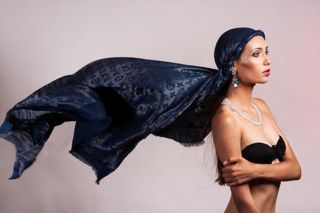 Vrouw in wuivende jurk dansen met vliegende stof