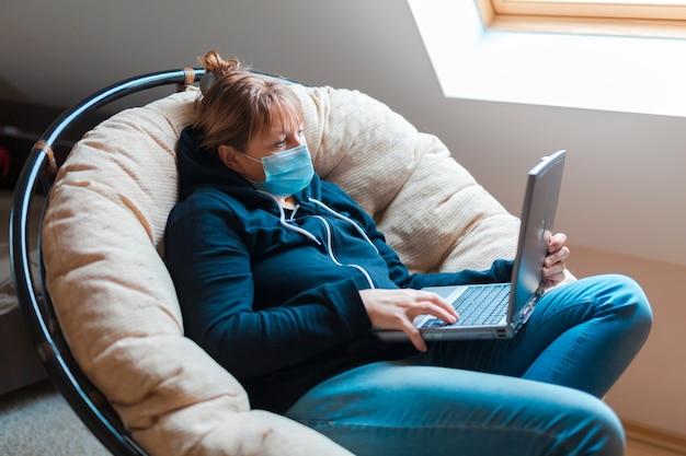Vrouw in zelfisolatie die verre werk op laptop doet