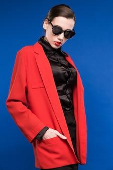 Vrouw in zonnebril en rode lippenstift op de lippen
