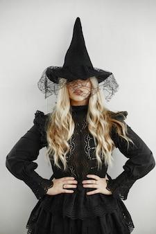 Vrouw in zwart kostuum