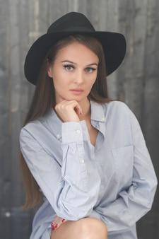 Vrouw in zwarte hoed