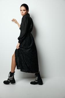 Vrouw in zwarte jurk lichte make-up modieuze kleding