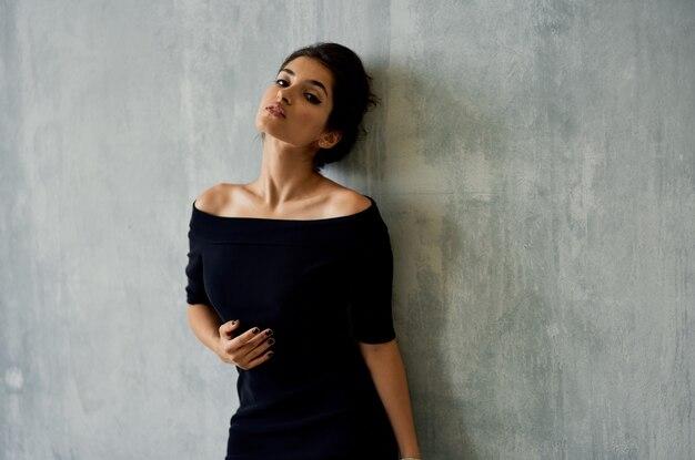 Vrouw in zwarte jurk poseren decoratie elegante stijl model