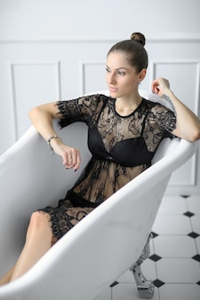 Vrouw in zwarte lingerie