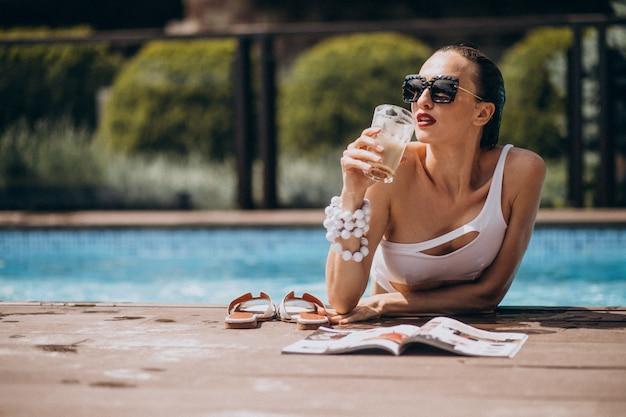 Vrouw in zwembroek in het zwembad